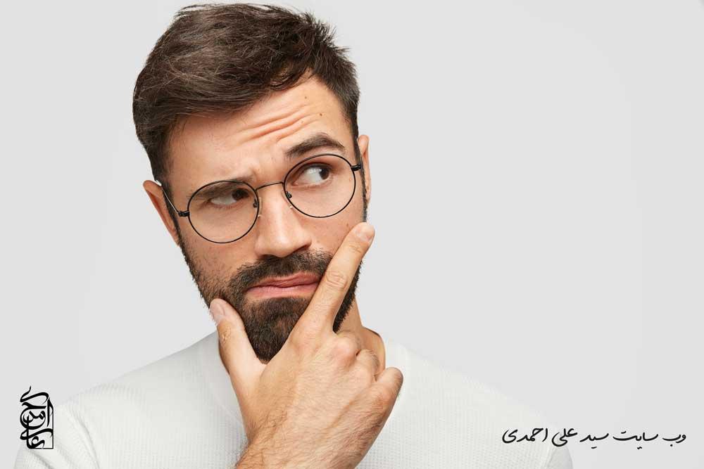 مردی در حال فکر کردن به مشاور کسب و کار